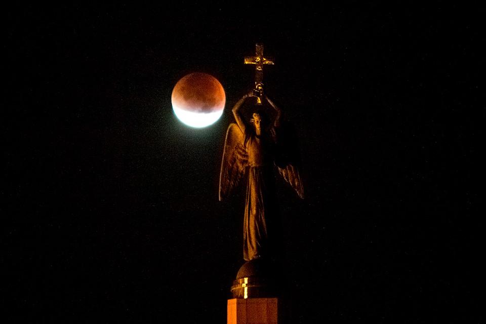 Во время затмений Луна меняет цвет.