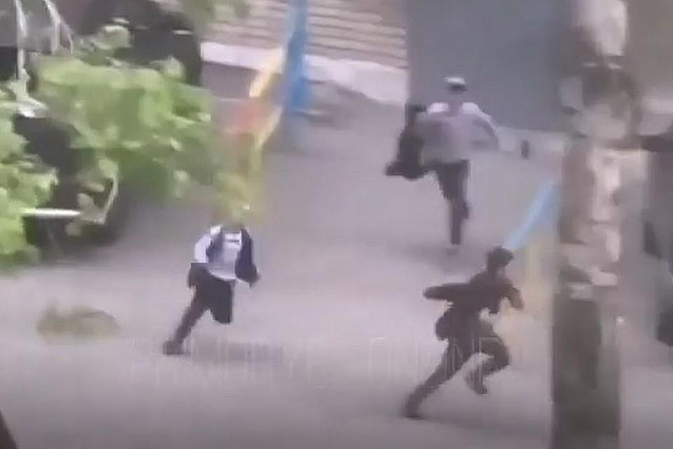 Очевидцы успели запечатлеть убегающих ребят.