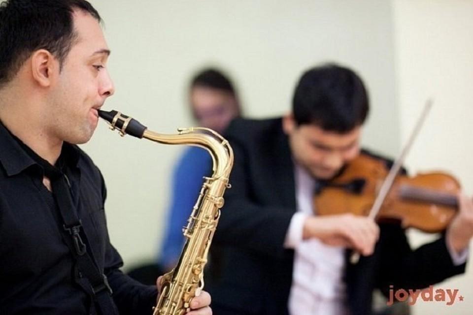 Евгений Дробот — профессиональный саксофонист и оперный вокалист, участник многих фестивалей и культурных проектов Казахстана.