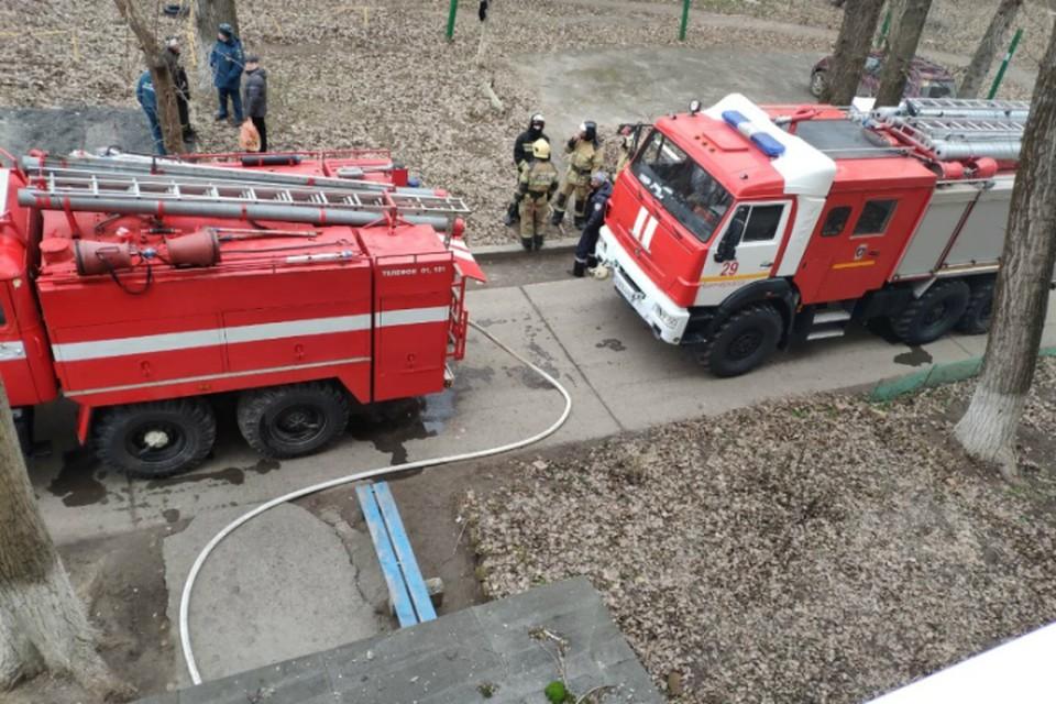 В Таганроге пожарные вытащили человека из горящей квартиры