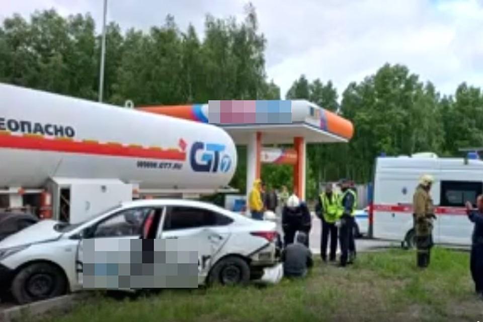 Такси с пассажирами влетело в цистерну с газом. Фото: МАСС