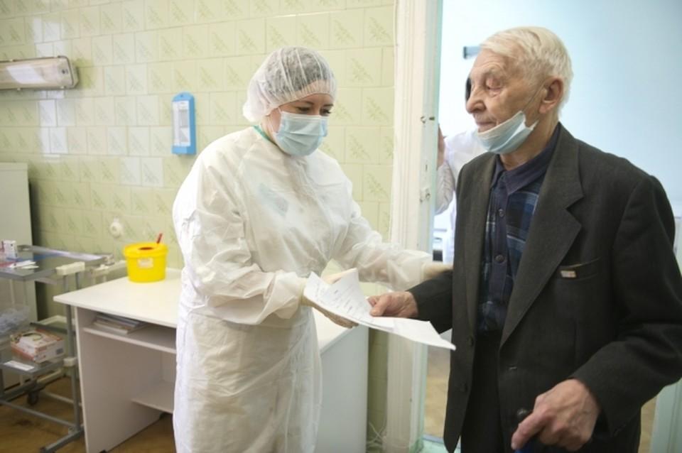Почти 102 тысячи комплектов от коронавирусной инфекции поступило в Смоленскую область.