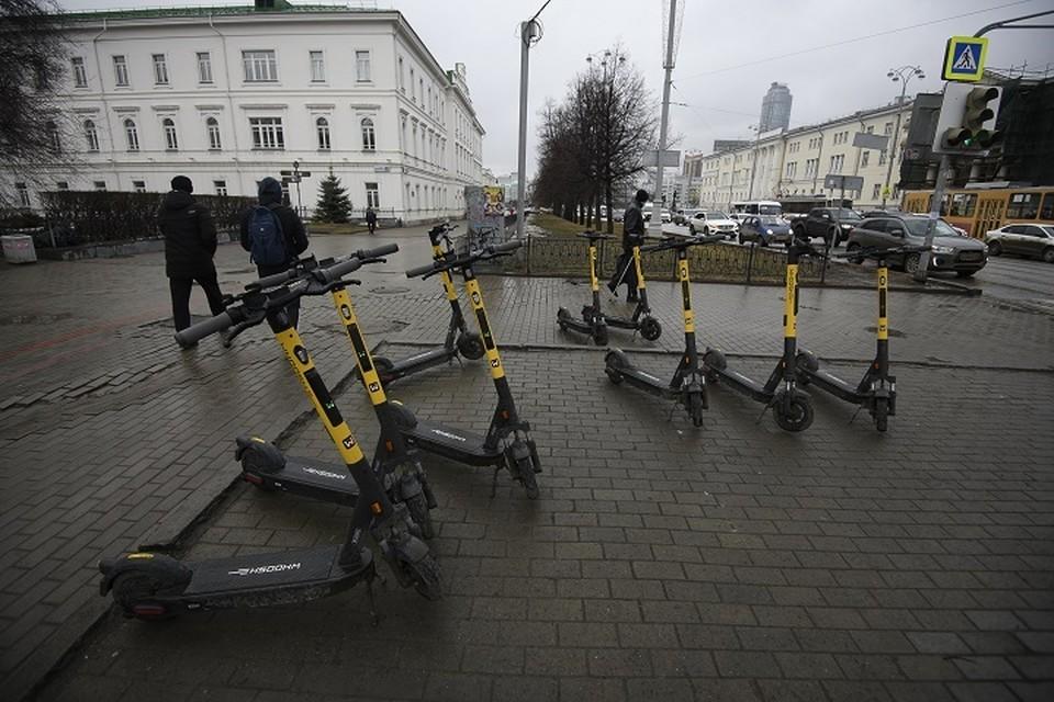 Жителей Екатеринбурга не устраивает, что нерадивые пользователи бросают самокаты в неположенных местах