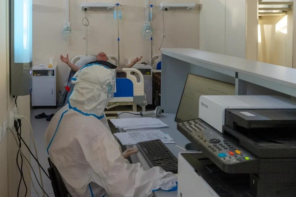 В Петербурге за неделю на 17% выросло количество больных коронавирусом.