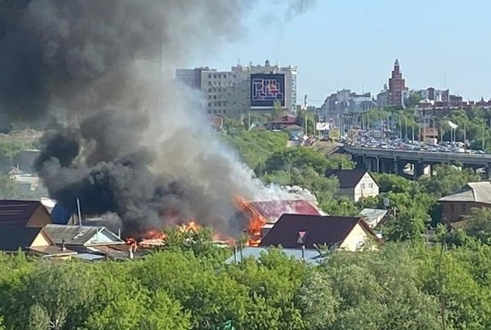 Огонь стремительно захватил два здания.