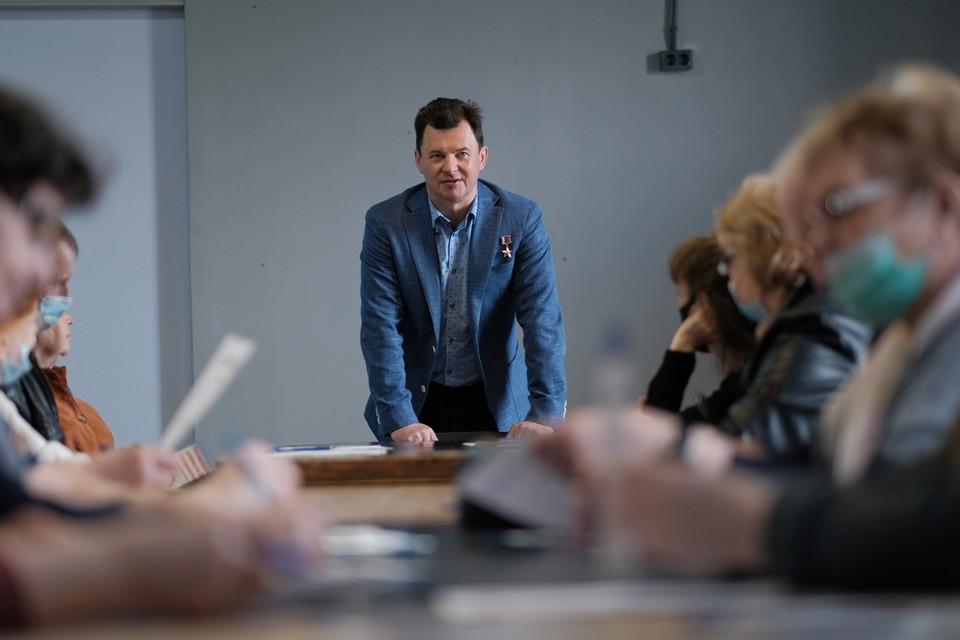 Роман Романенко предложил выдавать каждому выпускнику вместе с дипломом сертификат на 100 тысяч рублей. Фото: Иван СТЕПАНОВ.
