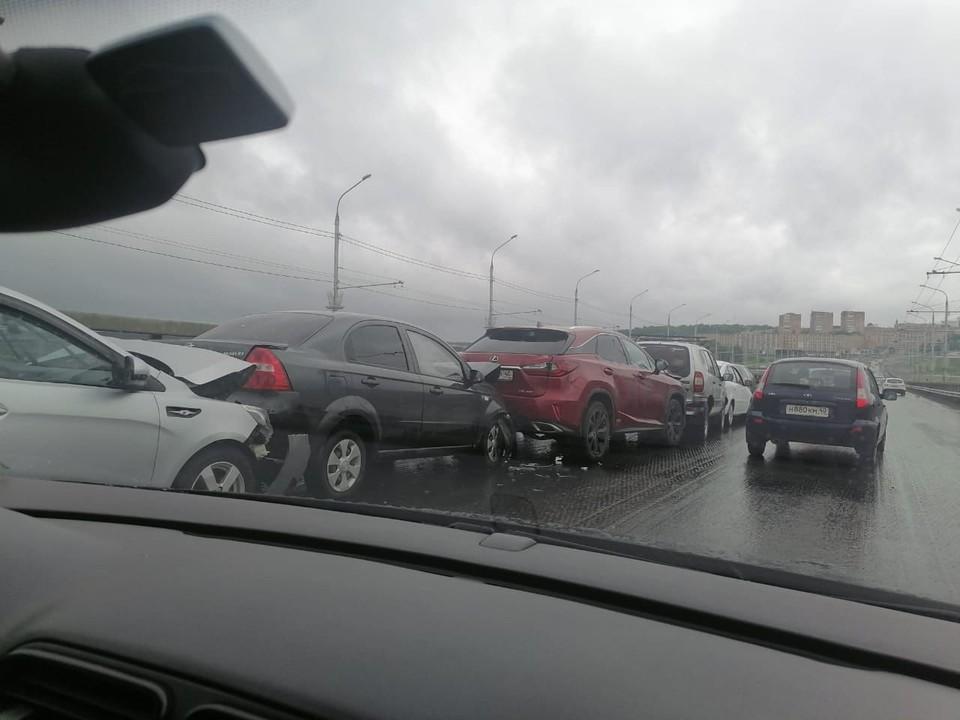 Шесть автомобилей столкнулись на Гагаринском мосту.