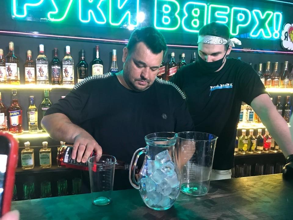 Алкогольный напиток из графина он щедро разлил по стаканам и угостил всех желающих.