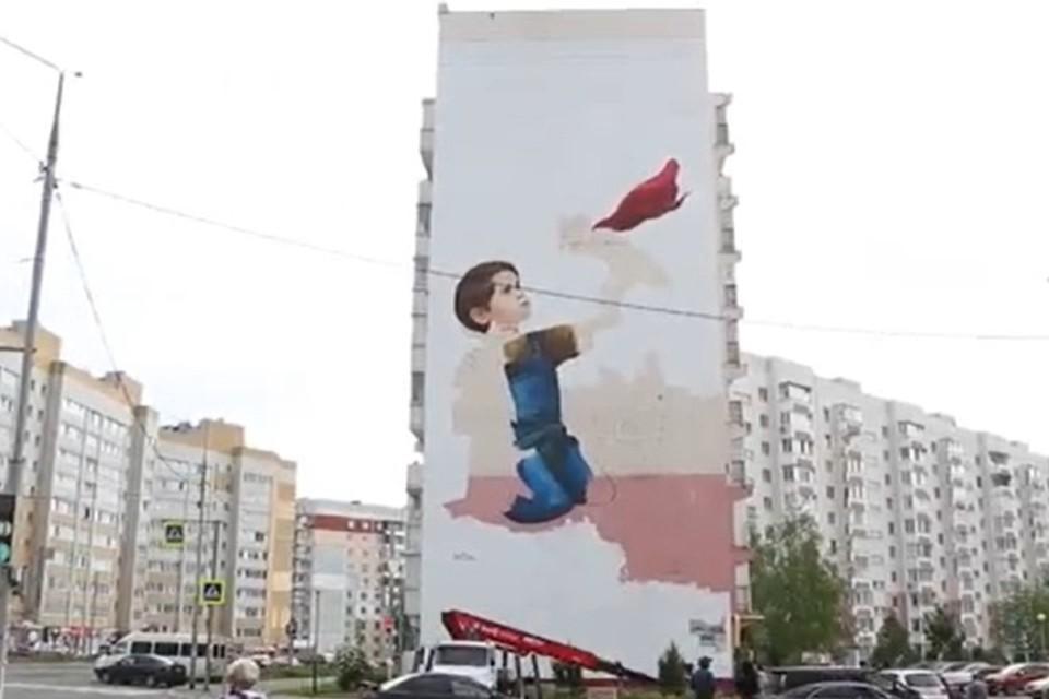 В Брянске в честь врачей создают копию картины Бэнкси. Фото: скриншот видео, пресс-служба Брянского городского Совета.