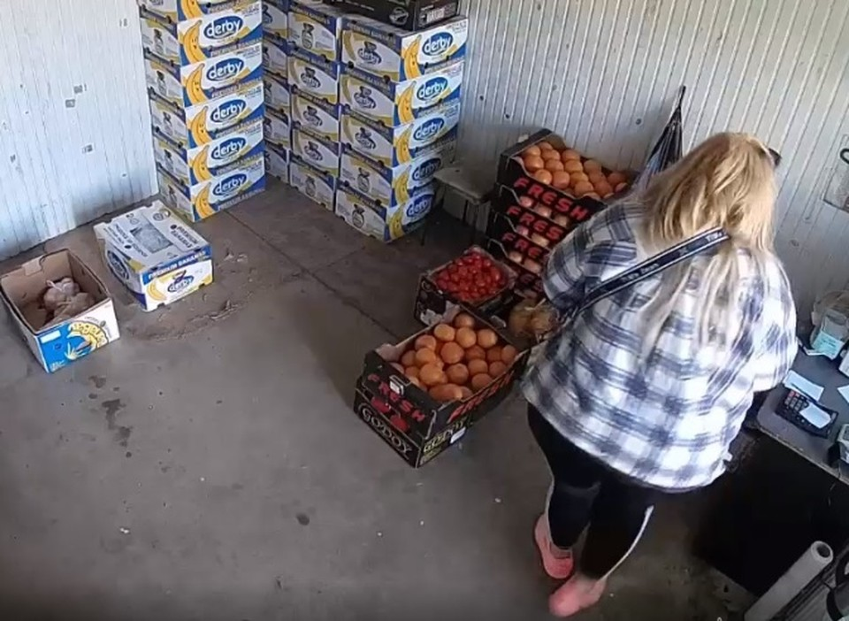 Покупательница воспользовалась невнимательностью продавца (Фото: скрин с видео).