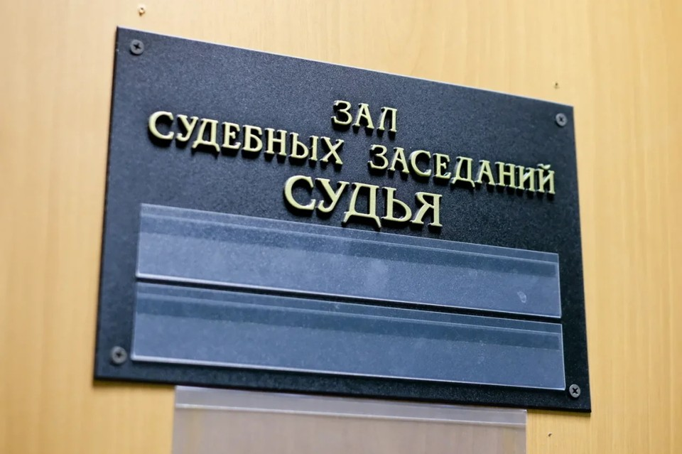 В Петербурге водитель отсудил у дорожников 90 тысяч рублей за поврежденный автомобиль, попавший в яму на проезжей части.