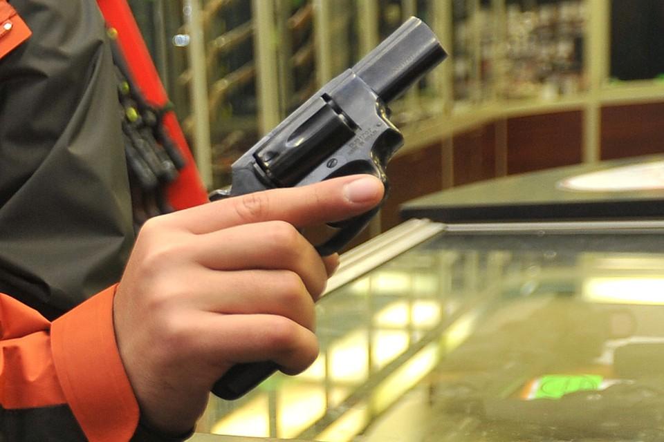 Хулиган несколько раз ударил водителя скорой пистолетом по лицу.