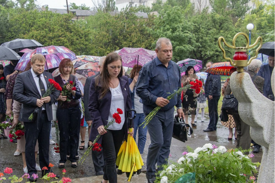 Жители Республики принесли цветы памятному знаку «Погибшим детям Луганщины». Фото: ЛИЦ