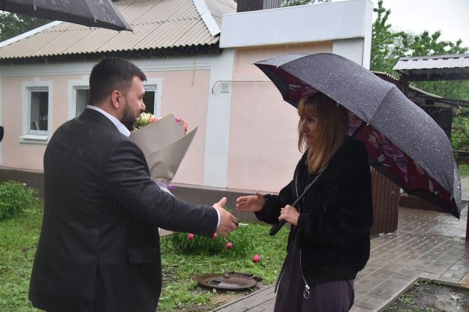 Денис Пушилин вручил ключи от дома вдове погибшего Героя ДНР. Фото: t.me/pushilindenis