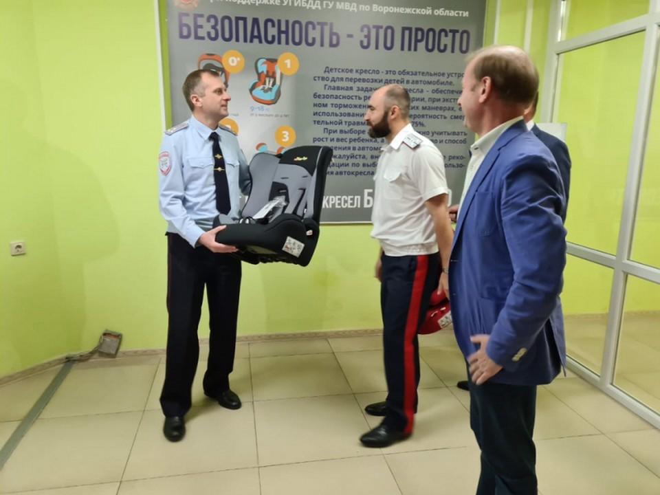 Автокресла вручили представитель областного общественного совета Николай Панков, а также члены городского общественного совета Роман Лесников и Вячеслав Деев.