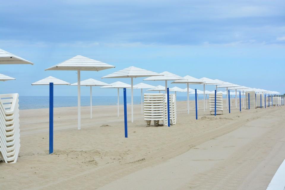 Зонтики на пляже в Янтарном.