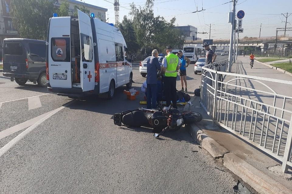 Мотоциклист получил тяжелые травмы при столкновении с «Мерседесом» в Новосибирске. Фото: ГИБДД по НСО.