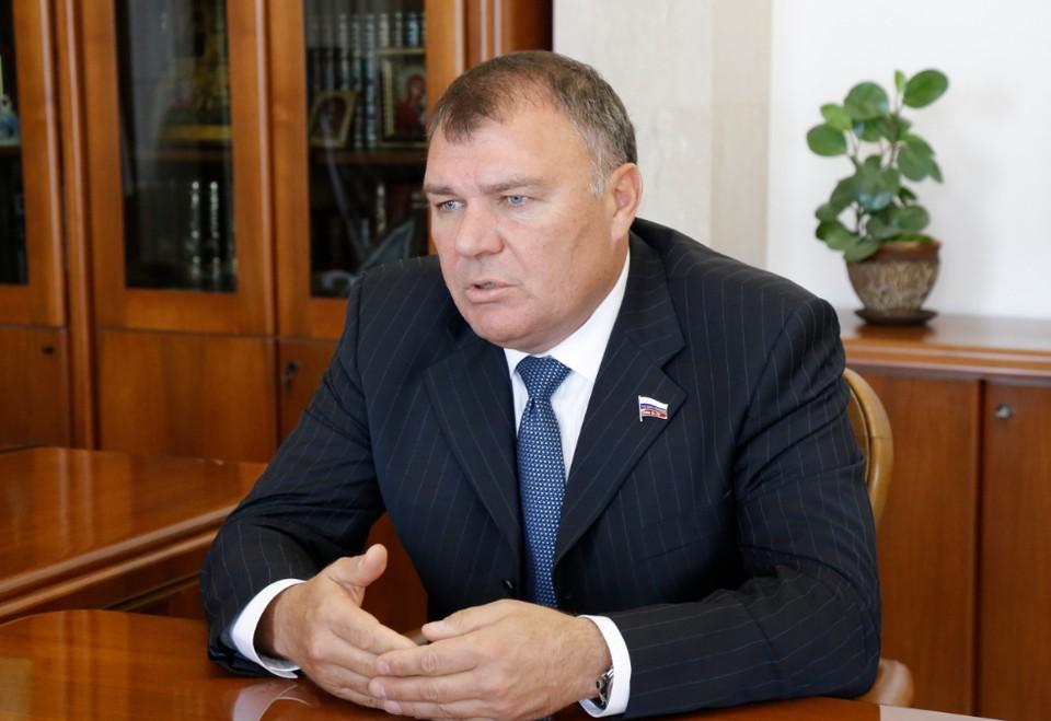Александр Бурков обсудил с депутатом Госдумы Ремезковым варианты федеральной помощи региону.