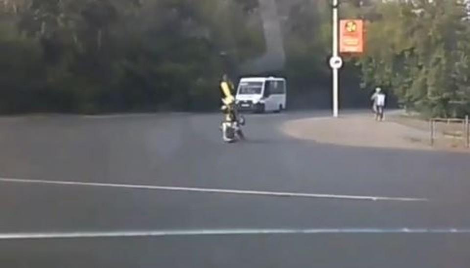 Омич упустил железного коня и проехался по асфальту. Фото: скриншот с видео