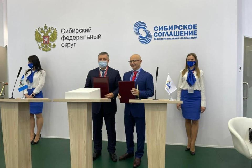 Иркутская область подписала первое соглашение на экономическом форуме в Санкт-Петербурге. Фото: пресс-служба правительства Иркутской области.