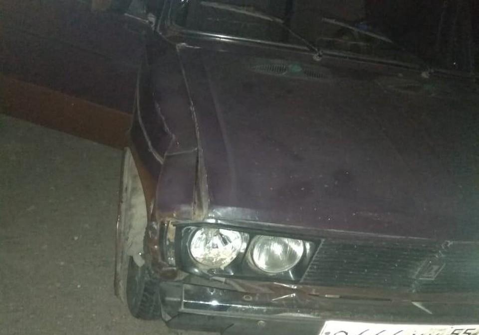 Удар был таким сильным, что у машины погнулся бампер.