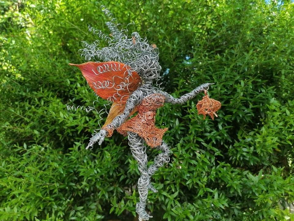 Зелигены – добрые духи, они заботятся о лесе, охраняют лесных животных от охотников.