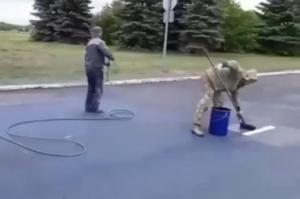 Дорожное покрытие приобрело синий цвет.
