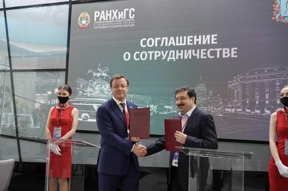 Губернатор Самарской области Дмитрий Азаров и ректор Президентской академии РАНХиГС Владимир Мау подписали соглашение о сотрудничестве