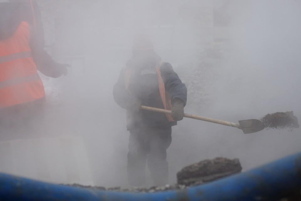 Ремонтные работы на месте прорыва трубы с горячей водой