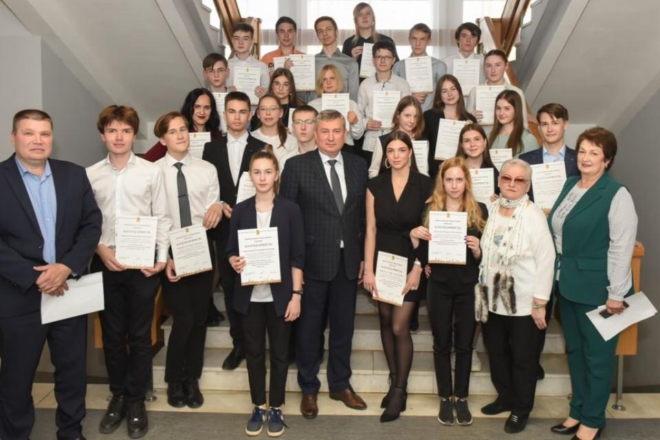 Глава администрации города вручил ребятам только Благодарственные письма. Фото: admkirov.ru