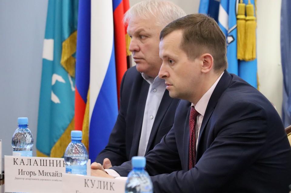 Директор департамента дорожного хозяйства и благоустройства администрации города Игорь Калашников (справа)