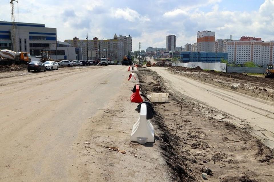В Брянске на улице Объездной укладывают бордюр