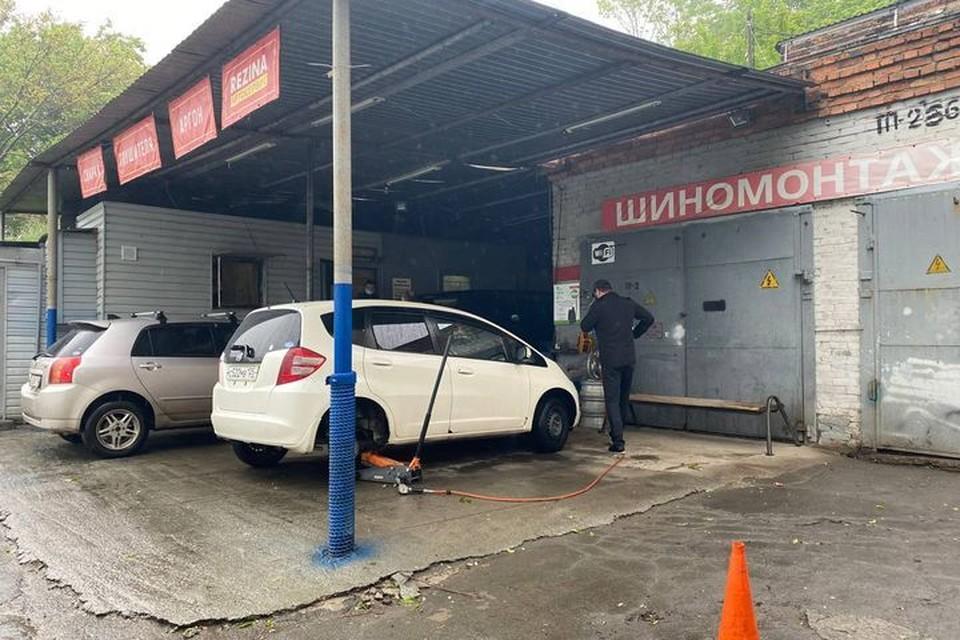 Во Владивостоке проверяют шиномонтажные станции.
