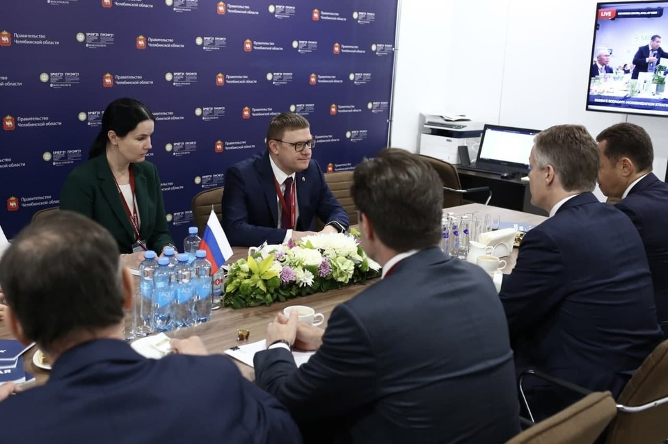 На ПМЭФ-2021 Текслер обсудил с руководством «Фортума» тему энергоперехода. Фото: gubernator74.ru