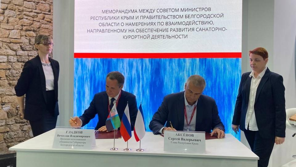 Вячеслав Гладков (слева) и глава Крыма Сергей Аксенов подписывают меморандум.