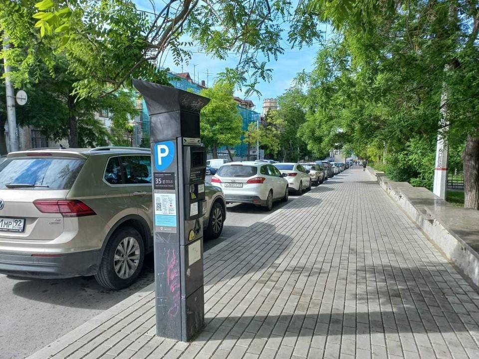 Платная парковка на улице Генерала Петрова в центре города