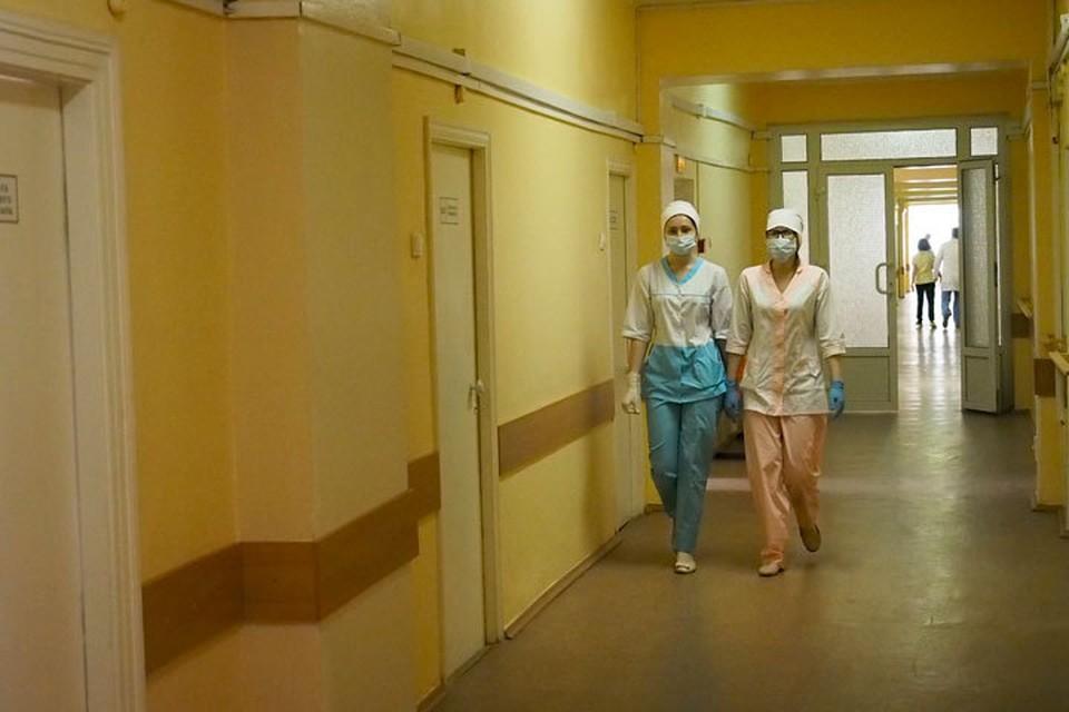 По данным Минобороны, трех человек увезли в больницу с ожогами.