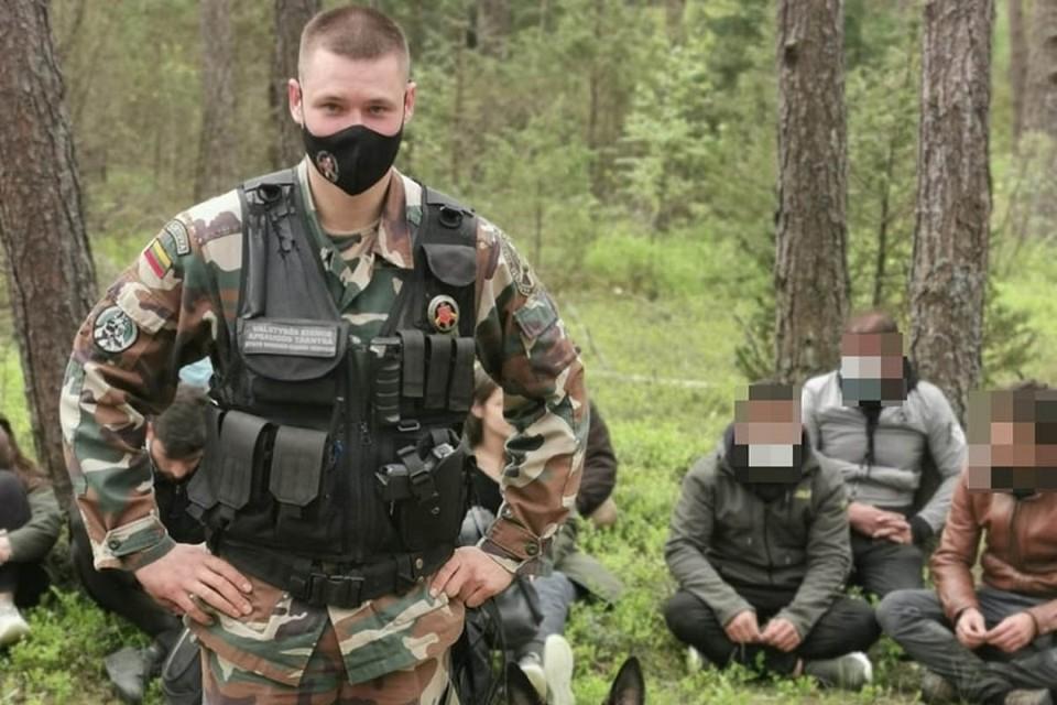 Литовские пограничники задержали нелегалов на границе с Беларусью. Фото: pasienis.lt