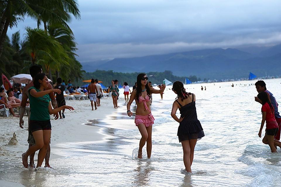 Заграничное море этим летом недоступно, местные курорты забиты под завязку .