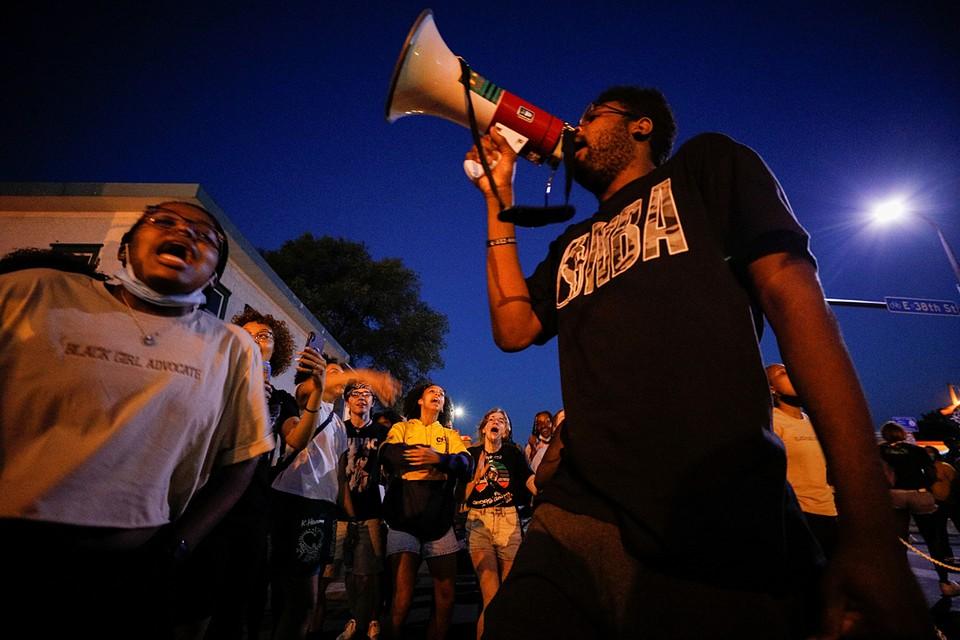 В городе проходят протесты, перерастающие в стычки с правоохранителями