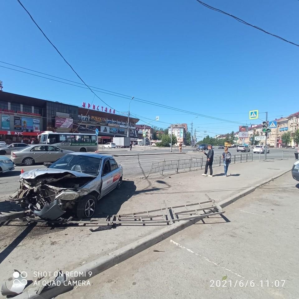 Машина вылетела на встречную полосу и остановилась на заборе тротуара. Фото: Госавтоинспекция по Омской области