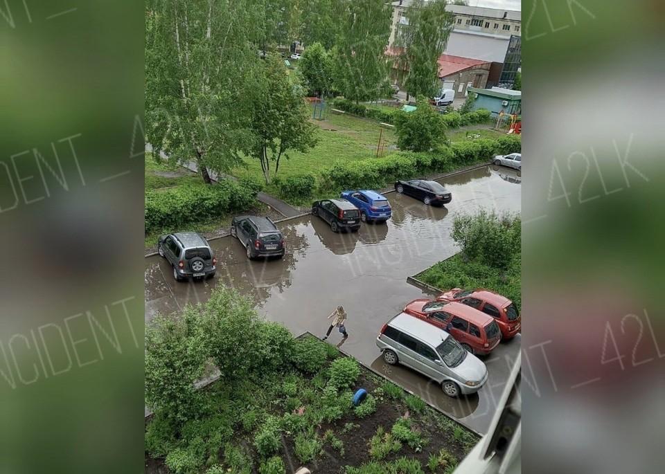 Улицы кузбасских городов затоплены после дождя. Фото: ВКонтакте/incident_42lk.