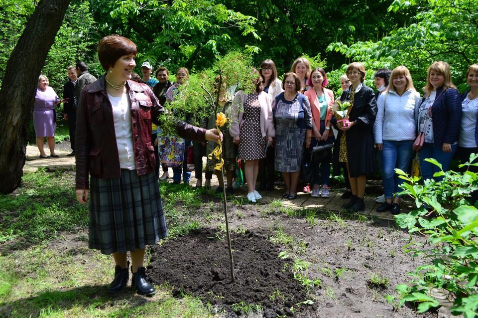 По традиции выпускники «Школы садовника» подарили ботаническому саду растение, которое не представлено в коллекции Сада