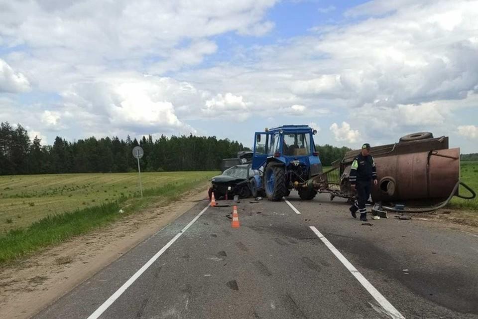 Под Гродно водитель легковушки отвлекся от управления и врезался в трактор. Фото: ГАИ УВД Гродненского облисполкома