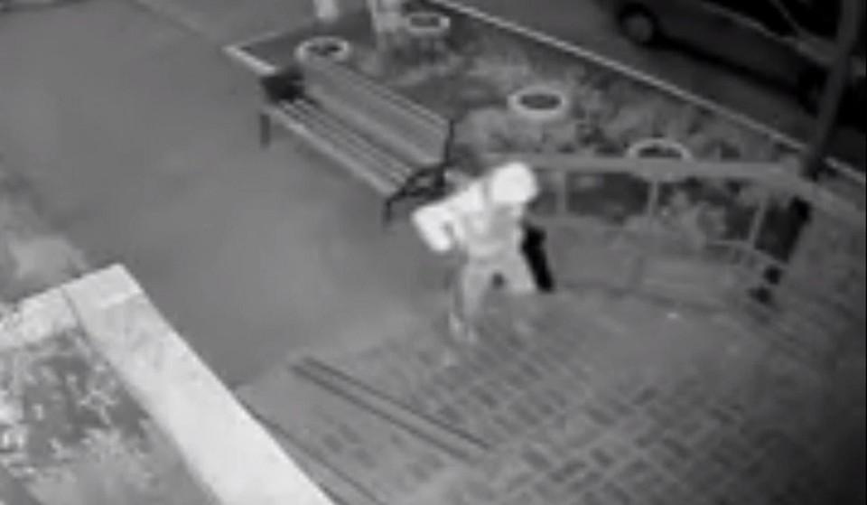 В Нефтеюганске мужик с тростью угнал велик, вытащив его из подъезда