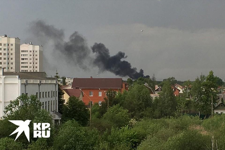 Спасатели тушат пожар в жилом доме Фото: Алёна АНИСИМОВА