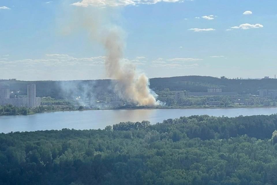 Пожар в ЦПКиО видно за несколько километров. Фото: группа «Инцидент Екатеринбург» в соцсети в «Вконтакте»
