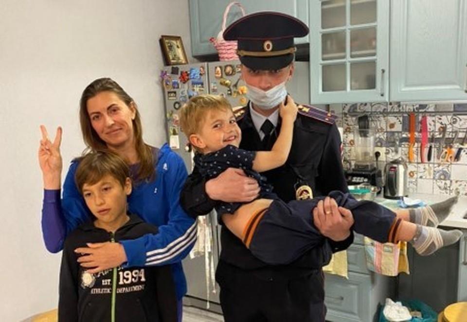 В отделе полиции женщина поблагодарила полицейских за помощь и оказанную заботу. Фото: пресс-служба МВД по Республике Крым.