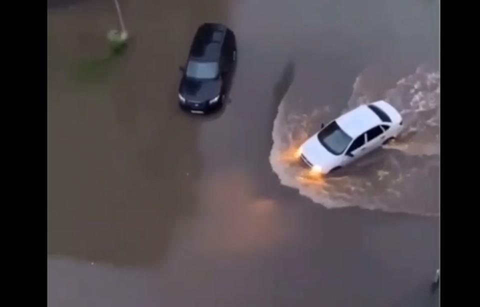 """Автомобили буквально """"плывут"""" по дороге"""