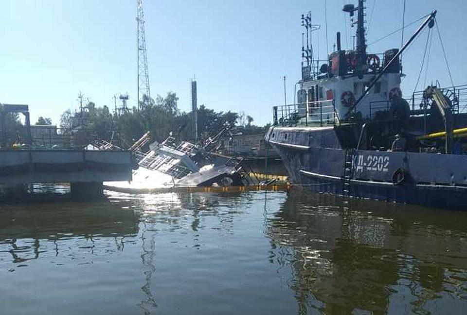 От полного затопления судно удерживают тросы.